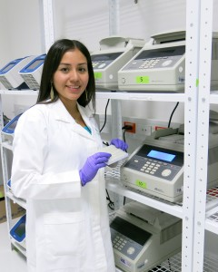 Cynthia Ortiz places DNA samples into a thermal cycler in the CIMMYT Biosciences laboratory.